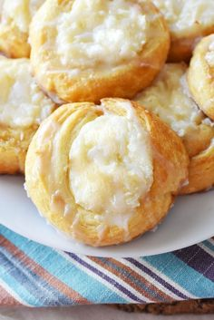 Easy Cream Cheese Danish made with Crescent Roll Dough Crescent Roll Cream Cheese Danish Recipe- Want to make your own cheese danish at home? With this 20 minute recipe you can too with the help of crescent roll dough. Easy Cream Cheese Danish Recipe, Cream Cheese Crescent Rolls, Crescent Roll Dough, Cream Cheese Recipes, Cream Cheeses, Easy Danish Recipe, Desserts With Cream Cheese, Easy Cheese, Sweets