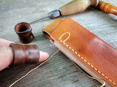 Andrzej Woronowski Custom Knives: [TUTORIAL] How to make a simple leather sheath? Leather Carving, Leather Art, Sewing Leather, Leather Pattern, Custom Leather, Leather Tooling, Tandy Leather, Diy Leather Knife Sheath, Leather Holster