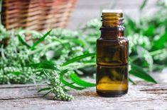 Älggräs innehåller stora mängder glykosider som omvandlas till salicylämnen i kroppen, den innehåller även en hög halt av quercetin som är en flavonoid vars egenskap hämmar inflammationer i kroppen. Älggräs fungerar därför mot huvudvärk, ledvärk och muskelvärk, den är febernedsättande, smärtstill