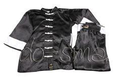 """Do-Smai Kolsuz Wushu Nançuan Elbisesi VS-100 - Kolsuz, 100 gr/m² kırmızı su tutmaz jakarlı satenden imal edilmiştir.  """"Nançuan"""" elbiselerimizin önü polyester ipten örülmüş 7 adet siyah düğmeli, ön, etek ve koltuk altları siyah biyelerle çevrilmiştir.   150-190 arası  10 ar cm arayla 5 beden. - Price : TL89.00. Buy now at http://www.teleplus.com.tr/index.php/do-smai-kolsuz-wushu-nancuan-elbisesi-vs-100.html"""