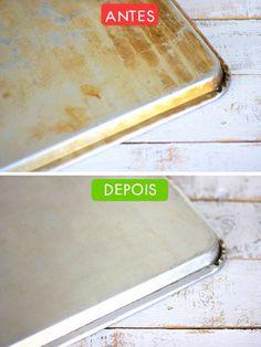 Limpe a gordura com uma mistura pastosa de água oxigenada com bicarbonato de sódio. Cubra a área manchada com essa solução durante 30 minutos e, em seguida, lave a assadeira normalmente.