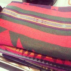 Estampados geometricos en nuestras psshminas de invierno. En combinaciones de colores primerios. Hilo de algodón y lana