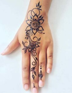 Tatowierung - Tattoo Article What is a temporary tattoo? The first thing that comes to mind when you say temporary tattoo is Indian henna. The henna is Henna Tattoo Designs Simple, Beautiful Henna Designs, Mehndi Designs For Hands, Cute Henna Designs, Designs Mehndi, Beautiful Beautiful, Beautiful Pictures, Ethnic Tattoo, Henna Tattoo Hand