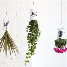 Sky Planter é um trio de vasos invertido em cerâmica que fica de cabeça para baixo sem prejudicar o desenvolvimento da planta.