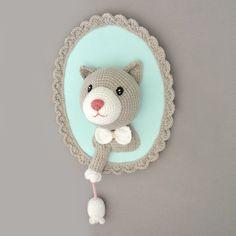 Ce trophée rigolo Chat et souris est réalisé au crochet, il est fait main en petite série, chaque pièce est unique. Dimension: L 21 cm, H 27 cm fabrication artisanale Tis - 19237397