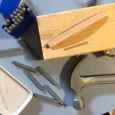 Stämpla text på läderbiten och fyra hål i båda ändorna. Knife Block