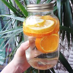 Agua con rodajas de naranja