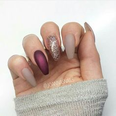 NEUTRAL, GLITTER AND BURGUNDY NAILS Do you want to know what works really well with matte nails? Glitter nails, that's what, especially when you team nudes and burgundy shades with a beautiful shimmer gold, just like you can see here.