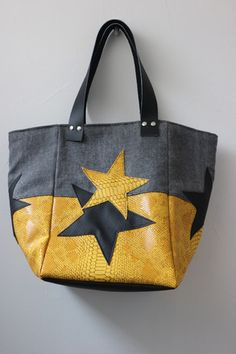 An amazing Jeans recycle bag in an a beautiful style. Sacs Tote Bags, Diy Tote Bag, Denim Ideas, Recycle Jeans, Denim Bag, Fabric Bags, Market Bag, Bag Making, Leather Bag