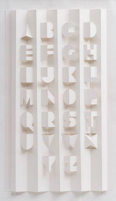 Gina Hollingsworth est une artiste typographe qui s'est appliquée à créer un alphabet typographique à partir d'une simple feuille de papier. L'a...