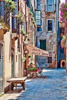 An amazing colorful street in the Venice, Italy_ Egy csodálatos színes utca Velencében, Olaszországban