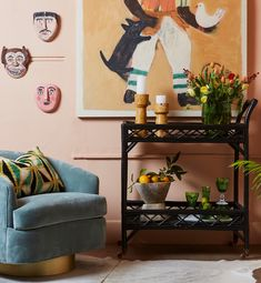 Are you looking for some bar cart styling ideas? Then we have got you covered. We have listed all the stylish bar cart ideas from vintage bar carts to modern bar carts. This living room decor trend will add interest to your home and a eclectic touch Bar Cart Decor, Bar Cart Styling, Home Bar Sets, Bars For Home, Outdoor Bar Cart, Vintage Bar Carts, Tempered Glass Shelves, Cool Bars, Rattan