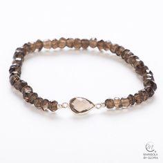 Bonita pulsera de cuarzo ahumado con elegante motivo de plata 925.        Nice smoked quartz bracelet with elegant  925 silver motif.       maribolabygloria.com
