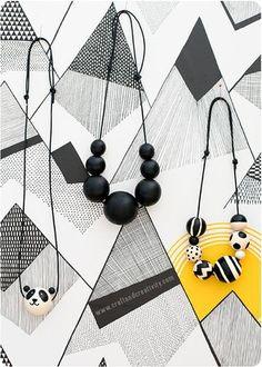 Halsband med målade träpärlor Painted wooden bead necklace