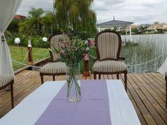 Gazebo con caireles y living de estilo en el deck