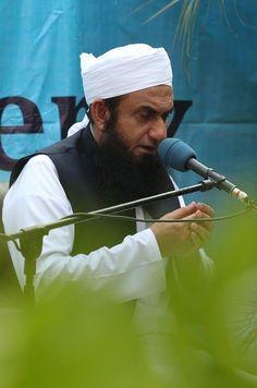 Molana Tariq Jamil Praying in Meem Academy's Campus.