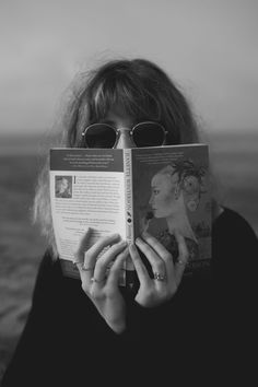 I L S E J O S E Book Aesthetic, Aesthetic Photo, Book Photography, Creative Photography, Thomas Bernhard, Tmblr Girl, Woman Reading, Monochrom, Jolie Photo