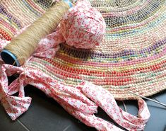 Crochet twine around fabric strips instead of using fabric as yarn Coil + Crochet Scrap Fabric Rug DIY Frugal Crochet Scrap Fabric Rag Rug Craft Project - The Homestead Survival - Homesteading Crafts Encouraging crochet rug yarn Pictures, elegant crochet Crochet Home, Crochet Crafts, Crochet Projects, Sewing Crafts, Sewing Projects, Sewing Ideas, Crochet Diy, Craft Projects, Fabric Yarn