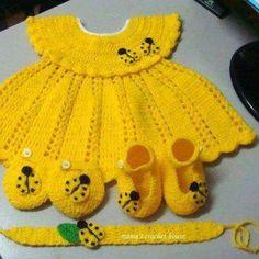 Vestidinho amarelo em crochet e acessórios. (fonte: mama's crochet house)