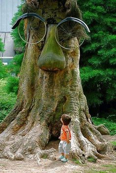 Why hello there! Peterson Peterson Pedley what do you think about using a bicycle for tree art? Weird Trees, Jardin Decor, Tree Faces, Unique Trees, Tree Sculpture, Sculptures, Nature Tree, Outdoor Art, Land Art
