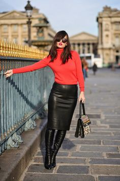 The leather skirt is the young lady staple that merits a spot in your storage room. Here is our exhibition to get some genuine leather skirt outfits. Work Fashion, Skirt Fashion, Fashion Looks, Fashion Outfits, Womens Fashion, Fashion Art, Mode Pop, Black Leather Skirts, Outfits With Leather Skirt