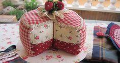 Mientras termino el segundo taller Paris Patisserie os enseño este alfiletero tan dulce,  un riquísimo pastel de fresas . A ... Cushion Ideas, Pin Cushions, Crafts For Kids, Gift Wrapping, Country, Gifts, Strawberry Shortcake, Pastries, Sweets