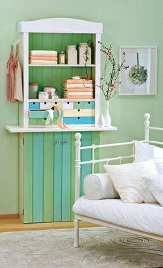 Die Verschönerung des Billy-Regals mit Holzpaneelen, Schubladen und Türen sowie die farbliche Gestaltung machen das Regal zum echten Landhaus-Möbel