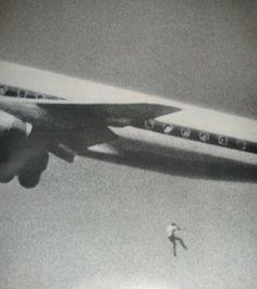 28 – Flagra da fotografia mundial foi em Fevereiro de 1970, quando Keith Sapsford um garoto australiano de 14 se escondeu no alojamento das rodas de um jato da Japan Airlines em Sydney.