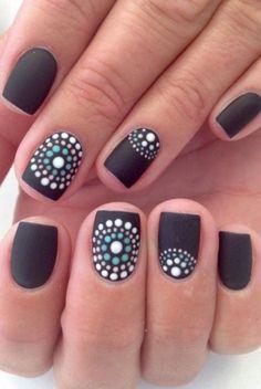 Uñas negras con puntos en circulo