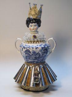 Art doll made from a porcelain sugar bowl, gelatin mold, pearls, junk and handmade crown. Queen Art, Found Object Art, Junk Art, China Dolls, Creepy Dolls, Assemblage Art, Doll Repaint, Doll Head, Doll Crafts