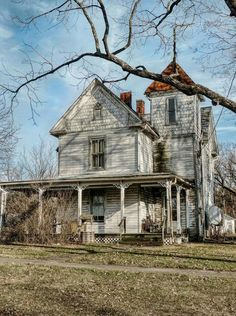 Old Abandoned Houses, Abandoned Places, Old Houses, Victorian Photos, Homesteading, Cabin, House Styles, Sleep, Eye