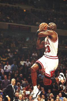 ..MICHAEL JORDÁN HIZÓ LA DIFERENCIA Y ESTABLECIÓ UN NUEVO ESTILO EN EL BÁLONCESTO DE LA NBA...❤️ MIGUEL ÁNGEL GARCÍA.
