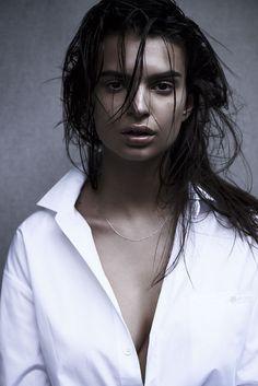 emily ratajkowski photo shoot2 Emily Ratajkowski is (Surprisingly) Covered Up in S Moda Shoot