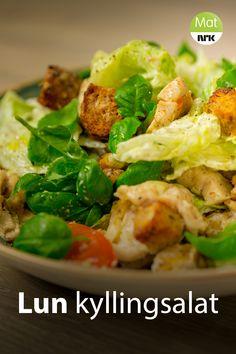 Kylling, brødbiter, tomater, rødløk og blomkål stekes i ovnen før alt blandes med salatblader, bønner og basilikum. Sunn og lettvint middag fra Miriam Østvik Jenssen. Naan, Potato Salad, Nom Nom, Salads, Paleo, Food And Drink, Potatoes, Chicken, Healthy