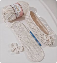 Learn To Crochet Cute Flower Slippers Cardigan Au Crochet, Crochet Slipper Pattern, Crochet Boots, Crochet Baby Hats, Crochet Slippers, Crochet Lace, Crochet Stitches, Baby Knitting, Crochet Crafts