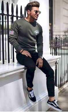 Super casual winter outfit for modern men 06 - Männer kleidung Mode Masculine, Casual Jeans, Men Casual, Casual Styles, Dress Casual, Sweatshirt Outfit, Casual Winter Outfits, Mode Outfits, Modern Man