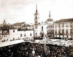 Foto antigua de la Plaza de la Cebada en 1860, con la Iglesia de San Millán al fondo