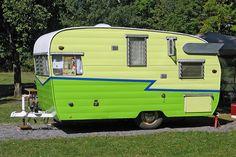 60 Genius Vintage Camper Trailer Makeover And Renovation - Abchomedecor Tiny Trailers, Vintage Campers Trailers, Retro Campers, Vintage Caravans, Camper Trailers, Retro Caravan, Small Trailer, Shasta Trailer, Shasta Camper