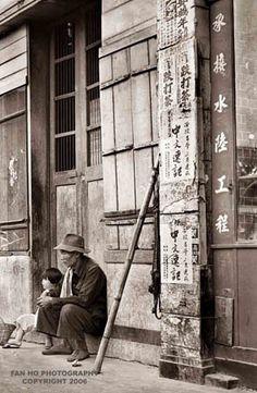 FAN HO Chinese photographer, filmmaker, and actor. - FAN HO Chinese photographer, filmmaker, and actor. Endowed with unrivaled photographic - Photo Black, Black White Photos, Black And White Photography, Fan Ho, Nostalgic Images, Street Photographers, Artistic Photography, Vintage Photographs, Hong Kong