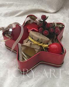 состав: мед, елочные игрушки звездочки, ягодки, декоративные яблочки. размер: 14,5*14,5 см