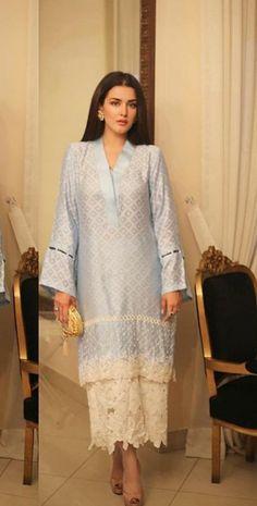 Women fashion Ideas Fun - - Women fashion Videos Night Out Over 40 - Pakistani Fashion Casual, Pakistani Dresses Casual, Pakistani Dress Design, Indian Fashion, Kurti Designs Party Wear, Kurta Designs, Blouse Designs, Indian Designer Suits, Indian Suits