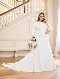 Trouwjurk in grote maten voor bruid met maatje meer. Aansluitende jurk met lange mouwen en sleep.