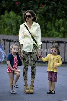 I like the camo skinnies. Sarah Jessica Parker, Camo Skinnies, Carrie And Big, Daily Dress, Carrie Bradshaw, Cute Outfits, Sport Outfits, Style Icons, Womens Fashion