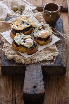 SIN SALIR DE MI COCINA: Tostada de morcilla y manzana con huevo frito {Con un par} Tostadas, Tapas, Huevos Fritos, Canapes, Ham, Camembert Cheese, Muffin, Breakfast, Recipes