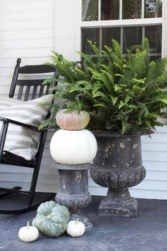 Farmhouse Front Porch Decor Inspirations - Page 50 of 50 - Kitchen Design Ideas & Inspiration Hippie Home Decor, Fall Home Decor, Autumn Home, Cheap Home Decor, Vases, Farmhouse Front Porches, Vintage Farmhouse Decor, Cottage Farmhouse, Rooms For Rent