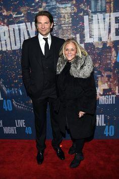 Pin for Later: Saturday Night Life rief und die Stars kamen in Scharen Bradley Cooper und Gloria Campano