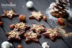 Als letztes Rezept im Weihnachts-Special präsentiere ich euch leckere Nuss-Nougat-Sterne. Mit kräftigen Kakao gebackene Butterplätzchen, die mit etwas Nougat überzogen und mit Haselnüssen, Zimt und Zucker verfeinert werden. Bald ist Heiligabend und ihr habt noch ein paar Tage diese leckeren Plätzchen zu backen und mit euren liebsten am Weihnachtstisch zu teilen. Oder verpackt sie dochMehr