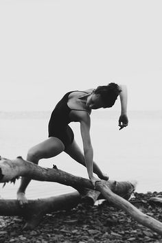 Dancer and driftwood - eduardoizq.tumblr.com