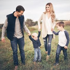 pictures outfits casual family best for 50 casual outfits for family pictures 50 best outfitsYou can find Family photo outfits and more on our website Fall Family Picture Outfits, Family Picture Colors, Family Portrait Outfits, Family Photos What To Wear, Winter Family Photos, Fall Family Portraits, Family Christmas Pictures, Family Picture Poses, Family Photo Sessions