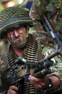 A British Army machine gunner from the 1 PARA.